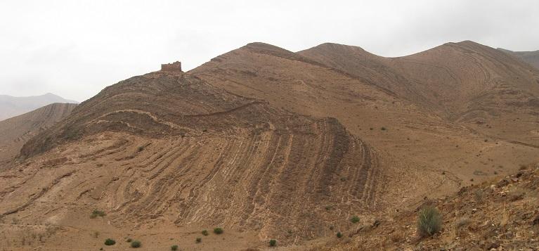 Sedimentformationen in Marokko. Die gesamte Formation verbiegt sich als Einheit und beweist damit, dass sie bei der Verwerfung noch flexibel (antsatt trocken und brüchig) gewesen sein muss. Das wiederum deutet daruf hin, dass es von den unteren zu den oberen Schichten keine nennenswerte Zeitspanne bei der Formation gegeben hat.