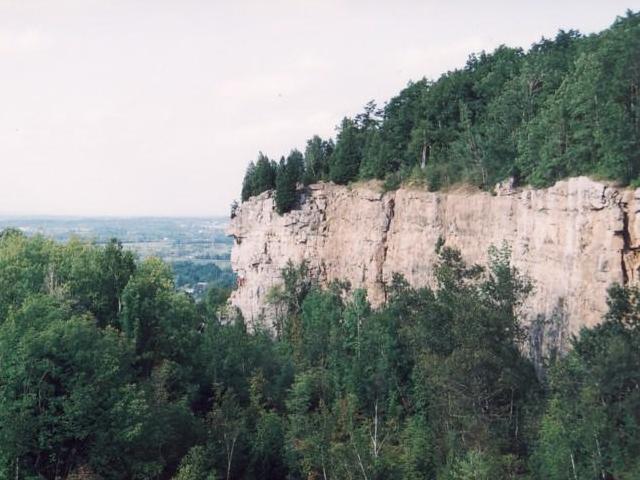 Das Niagara-Eskarpment ist Sedimentgestein, das unter dem schieren Druck von unten zerbröckelte und als Verwerfung nach oben geschocben wurde